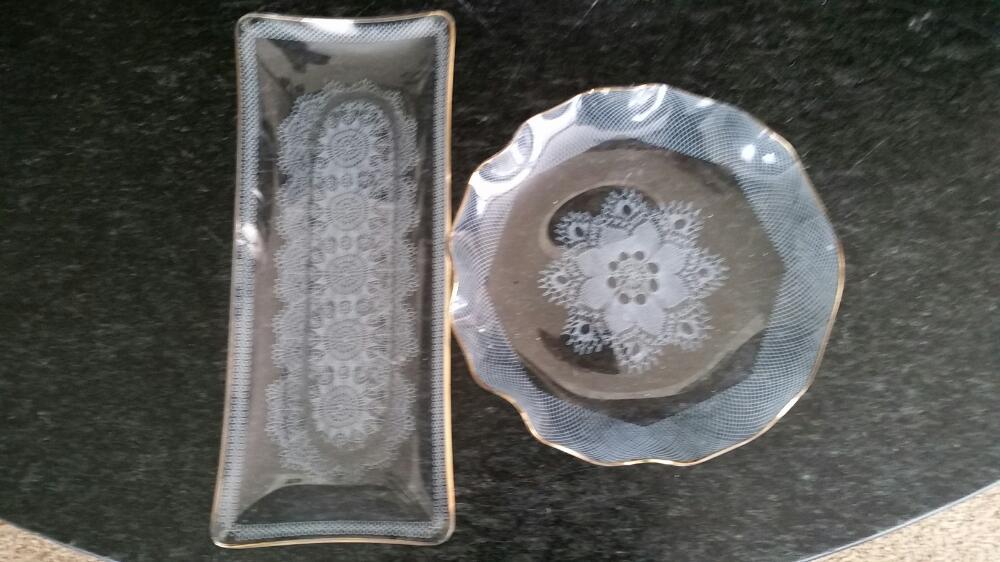 twee glazen schaaltjes