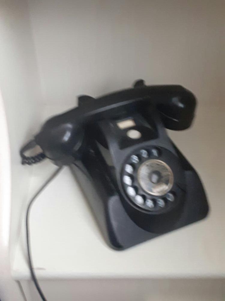 zwarte telefoon met snoer